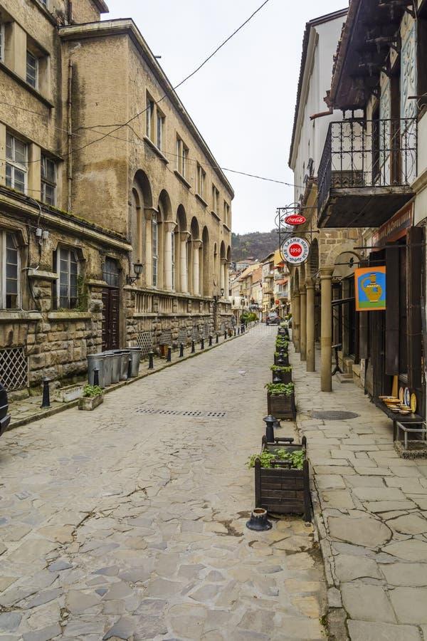 VELIKO TARNOVO, BULGÁRIA - 3 DE ABRIL DE 2015: A cidade velha de Veliko Tarnovo, Georgi S A rua pedestre de Rakovski é a maioria  imagens de stock royalty free