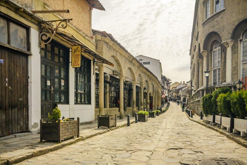VELIKO TARNOVO, BULGÁRIA, O 3 DE ABRIL DE 2015: Rua, turista e comerciante de Georgi Sava Rakovski na rua a mais famosa em Veliko imagens de stock royalty free