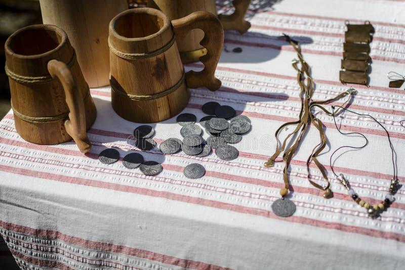 VELIKO TARNOVO, BULGARIA, el 4 de abril de 2015, exposición de las monedas antiguas de la Edad Media, con la otra joyería fotos de archivo