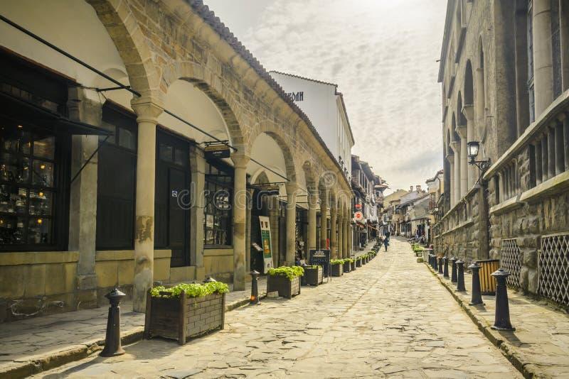VELIKO TARNOVO, BULGARIEN, AM 3. APRIL 2015: Georgi Sava Rakovski-Straße, -tourist und -kaufmann in der berühmtesten Straße in Ve stockbild