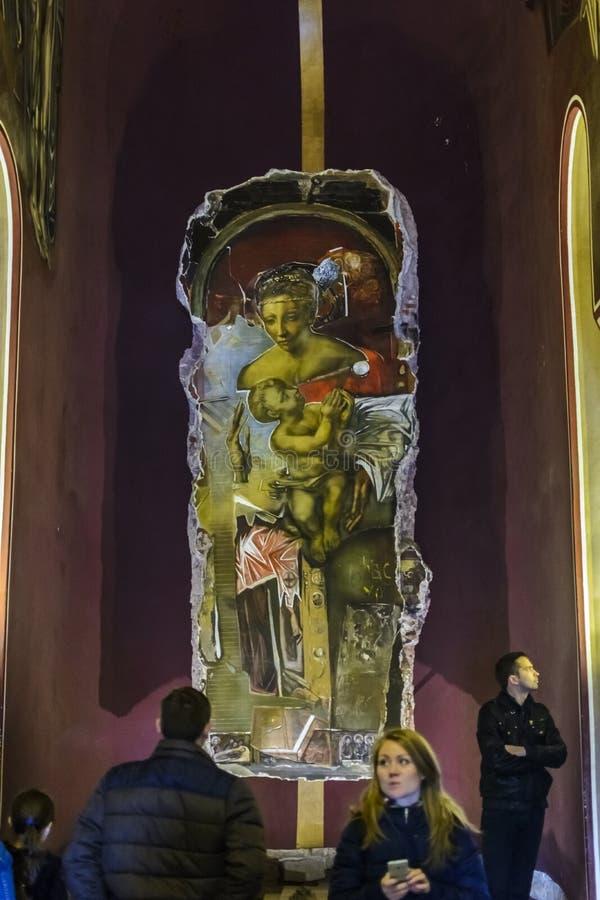 VELIKO TARNOVO, BULGARIEN, AM 4. APRIL 2015: Tourist, der die Kirche der gesegneten Retter-Innenmalerei besichtigt stockfotografie
