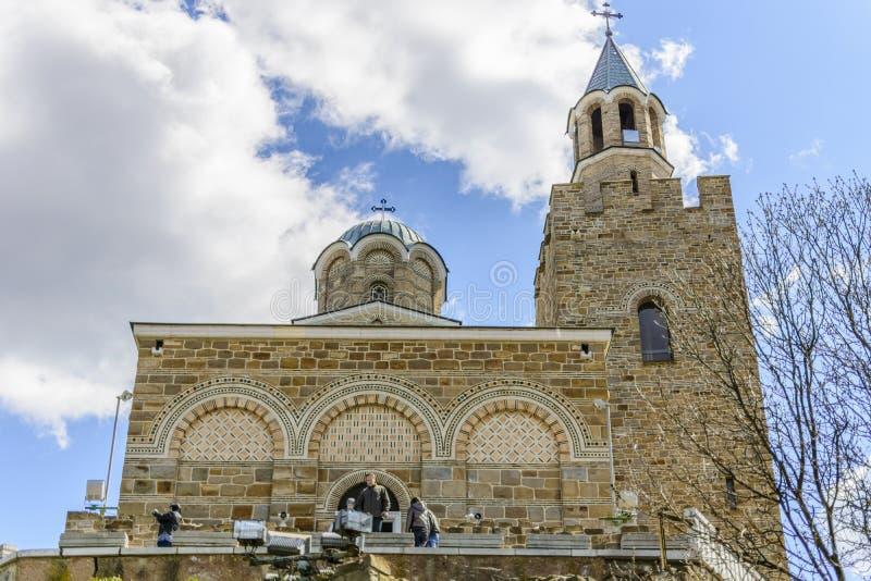 VELIKO TARNOVO, BULGARIJE, 04 APRIL 2015: toerist die de kerk van het tsarevetsbolwerk bezoeken in Veliko Tarnovo royalty-vrije stock foto