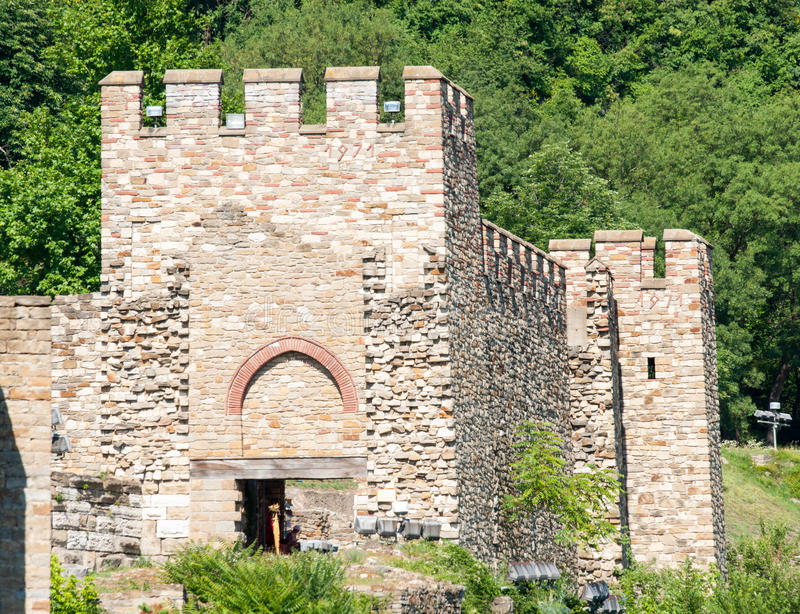 Veliko Tarnovo Der Eingangsturm der Festung Tsarevets lizenzfreies stockfoto