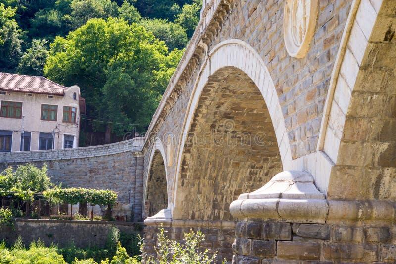 Veliko Tarnovo: Details van een oude steenbrug stock fotografie