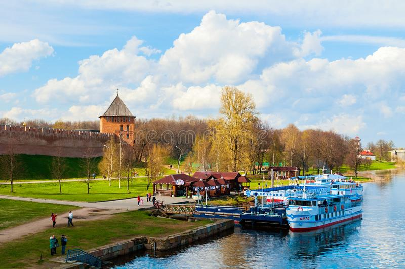 Veliky码头的诺夫哥罗德州克里姆林宫和旅游风船在沃尔霍夫河 Veliky诺夫哥罗德州旅行风景  图库摄影