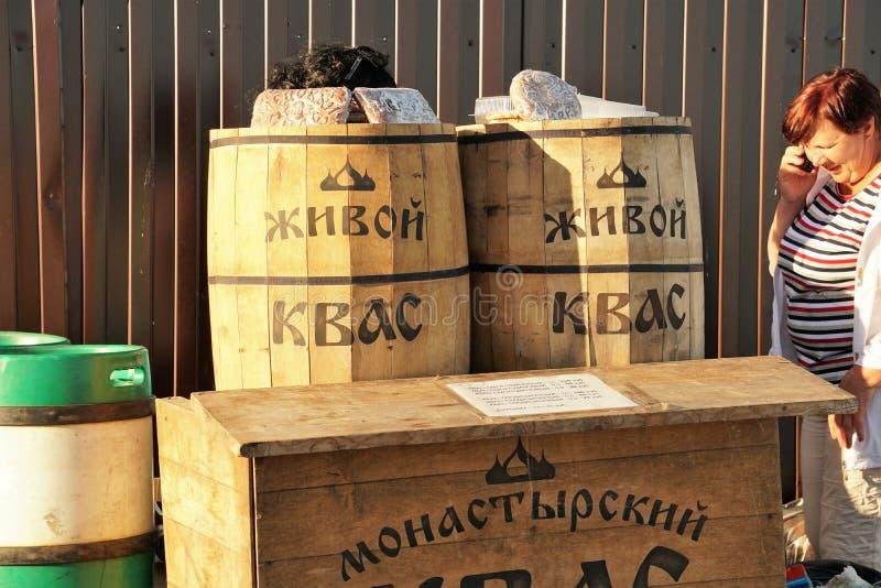 Veliky诺夫哥罗德州,俄罗斯,2018年5月 卖真正的活俄国俄国啤酒和卖主的商店,谈话在电话 库存图片
