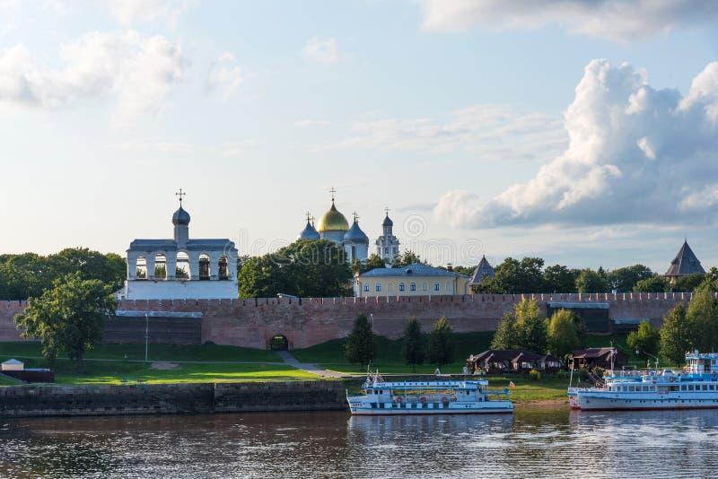 Veliky Новгород, Россия - 31-ое августа 2018: Панорамный вид Кремля, собор St Sophia, колокольни St Sophia стоковое фото rf