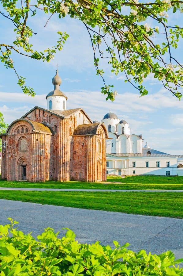 Veliky Novgorod, εκκλησία της Ρωσίας - Paraskeva Pyatnitsa και καθεδρικός ναός του Άγιου Βασίλη στο προαύλιο Yaroslav στοκ εικόνες