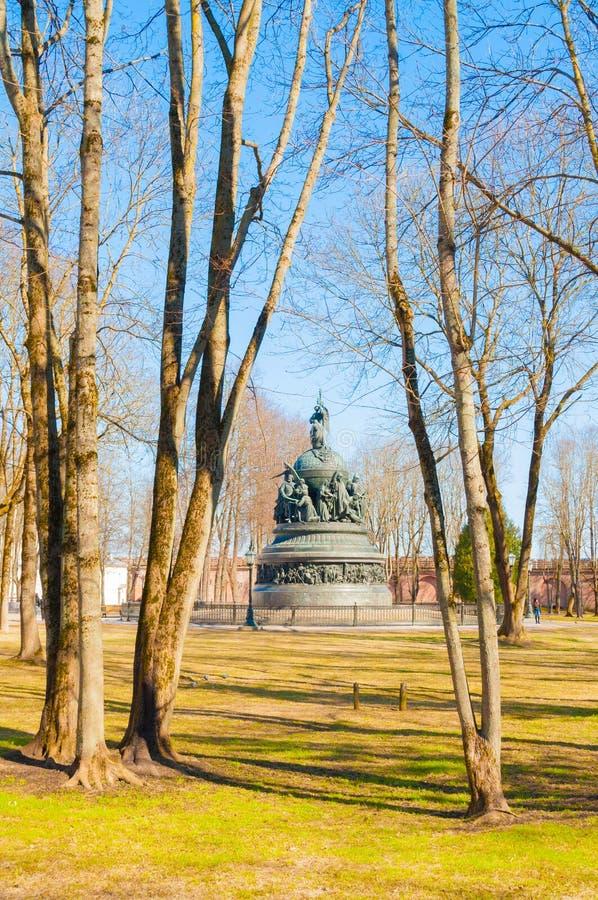 Veliky Novgorod, Ρωσία Πάρκο του Κρεμλίνου και η χιλιετία μνημείων της ηλιόλουστης ημέρας της Ρωσίας την άνοιξη στοκ εικόνες
