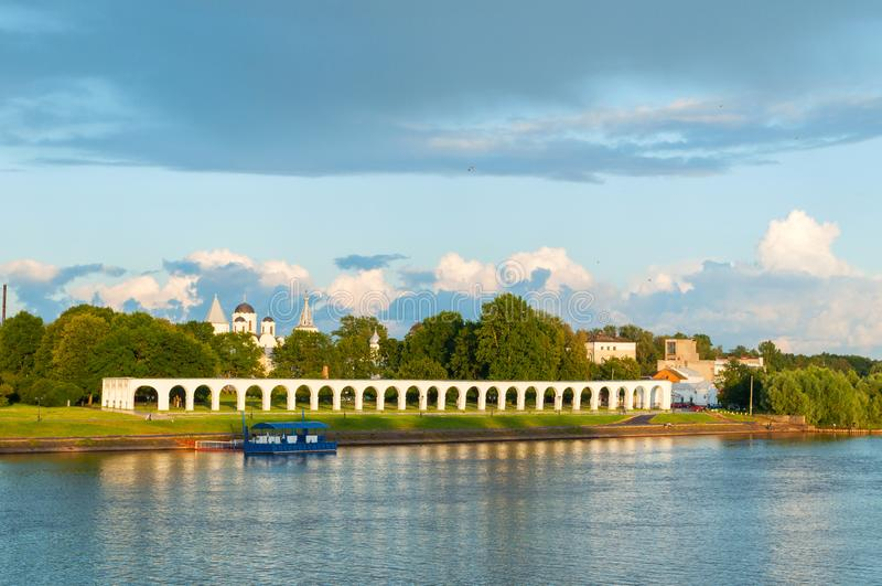Veliky Novgorod, Ρωσία - anceint arcade υπόλοιπα και μεσαιωνικές εκκλησίες στο προαύΠστοκ εικόνες