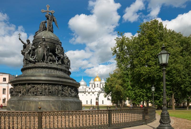 VELIKY NOVGOROD, χιλιετία μνημείων της Ρωσίας στο υπόβαθρο του καθεδρικού ναού του ST Sophia στοκ φωτογραφίες