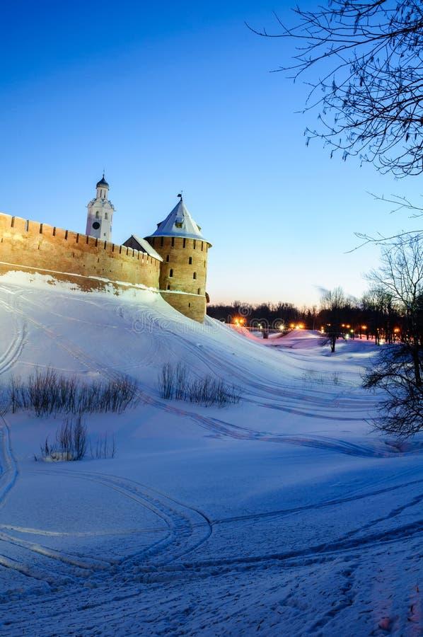Veliky Novgorod der Kreml, Stadtturm und Glockenturm in der Winternacht in Veliky Novgorod, Russland, Winternachtansicht stockfotografie