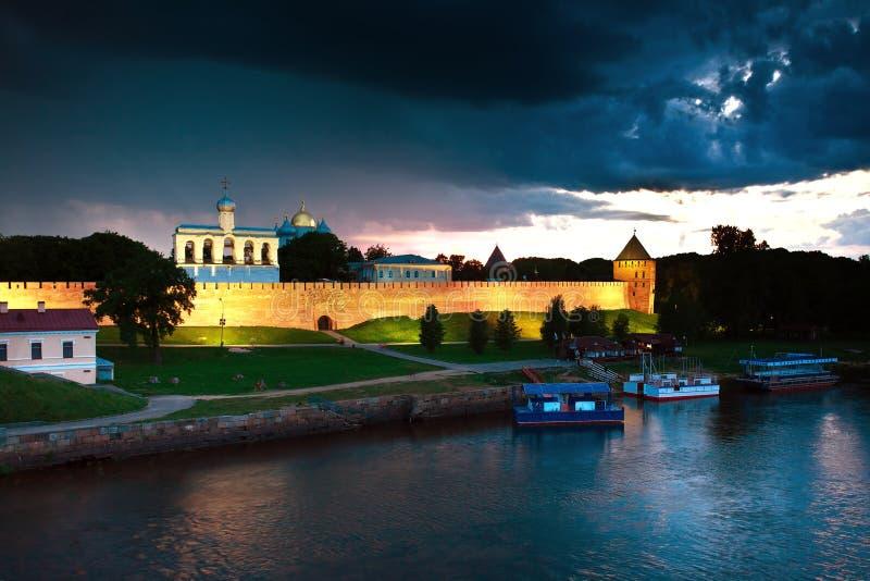 Veliky Novgorod het Kremlin bij de Volkhov-rivier royalty-vrije stock foto's