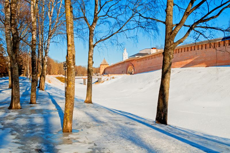 Veliky Novgorod het Kremlin in de winterdag in Veliky Novgorod, Rusland, panoramamening stock fotografie