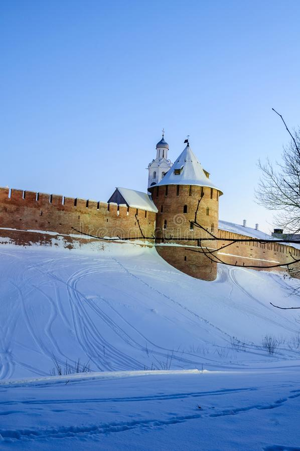 Veliky Novgorod het Kremlin en klokketoren in de winternacht in Veliky Novgorod, Rusland, de scène van de de winternacht royalty-vrije stock afbeeldingen