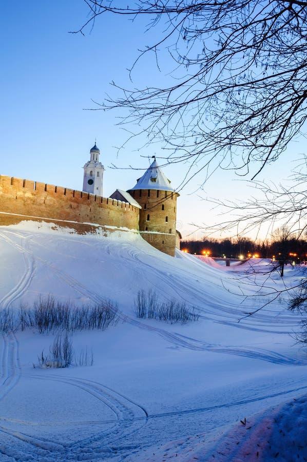 Veliky Novgorod het Kremlin en klokketoren van St Sophia kathedraal in de winternacht in Veliky Novgorod, Rusland, nachtsc?ne stock foto