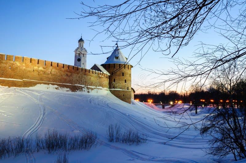 Veliky Novgorod het Kremlin en klokketoren van St Sophia kathedraal in de winternacht in Veliky Novgorod, Rusland, de winterscène stock afbeelding