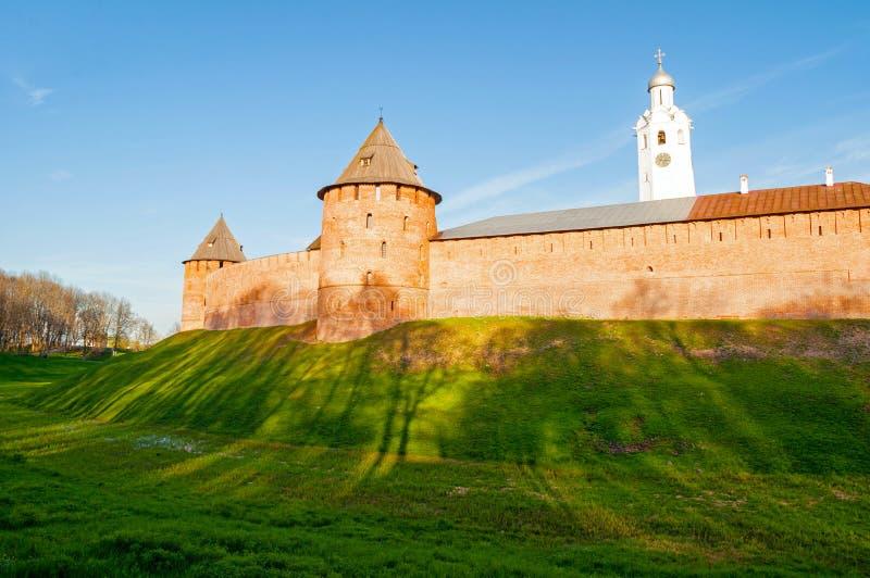 Veliky Novgorod het Kremlin - vestingstorens en klokketoren in de zomeravond in Veliky Novgorod, Rusland stock fotografie