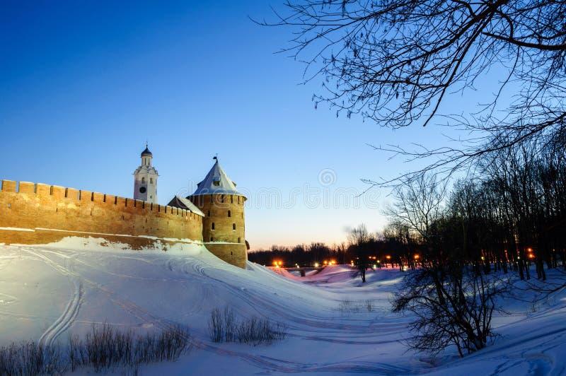 Veliky Novgorod Kremlfästning i vinternatt i Veliky Novgorod, Ryssland, färgrik vinternattplats royaltyfri bild