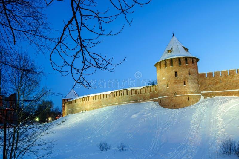 Veliky Novgorod Kremlfästning i vinternatt i Veliky Novgorod, Ryssland, färgrik vinternattsikt arkivbilder