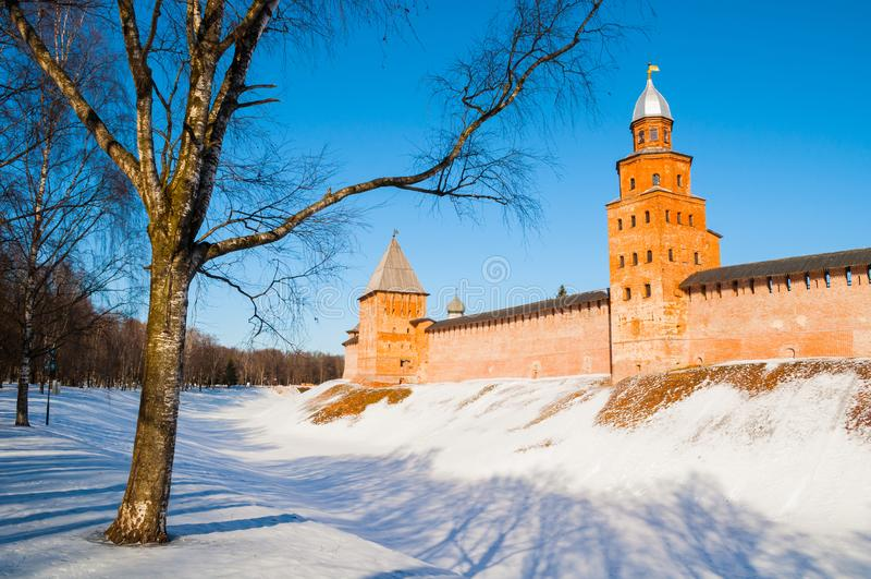 Veliky Novgorod Kremltorn i vinterdag i Veliky Novgorod, Ryssland, övervintrar panorama arkivfoton