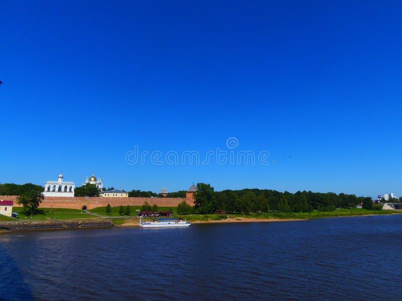 Veliky Novgorod och den Volkhov floden royaltyfri foto
