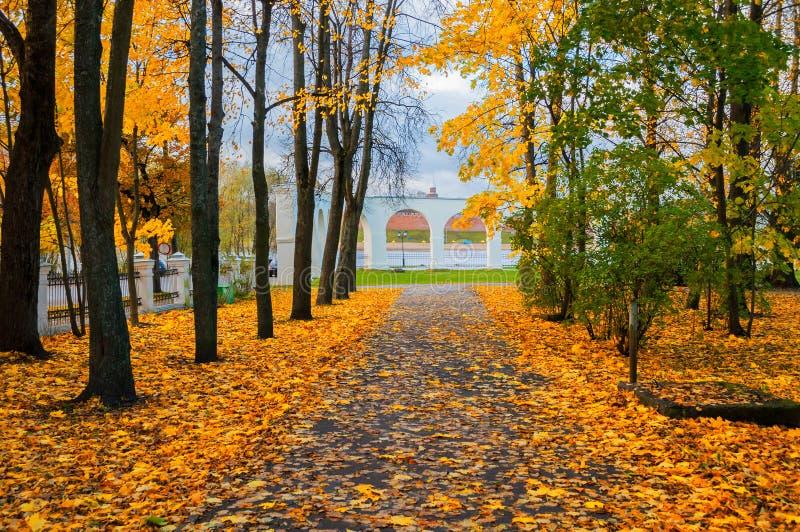 Veliky Novgorod, Rússia - cena do parque da cidade do autumm Arcada de Yaroslav Courtyard no dia nebuloso do outono foto de stock