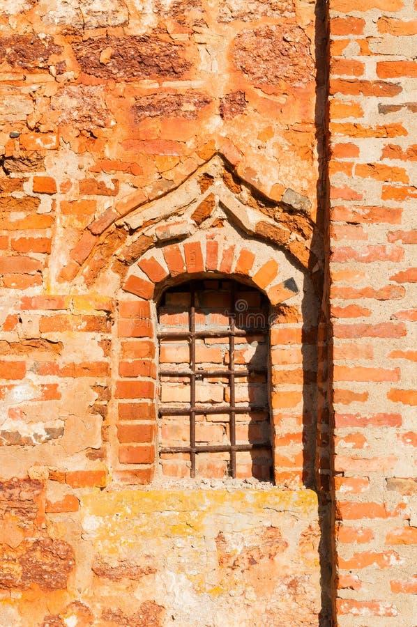 Veliky Novgorod, Rússia Close up da parede de tijolo vermelho e da janela de St John a igreja clemente em Myachino fotografia de stock royalty free