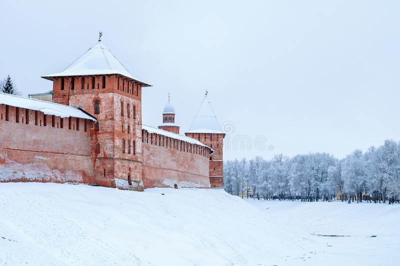 Veliky Novgorod, Rússia Fedor e torres metropolitanas do Kremlin de Veliky Novgorod, panorama do inverno da arquitetura foto de stock