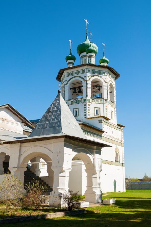 Veliky Novgorod, R?ssia Torre de sino e patamar no monastério fêmea stauropegic de Nicholas Vyazhischsky - opinião do verão imagens de stock