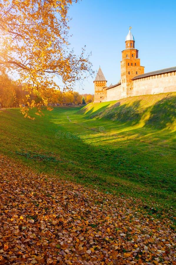 Veliky Novgorod, R?ssia Torres de Kokui e de príncipe da fortaleza do Kremlin de Veliky Novgorod, opinião ensolarada do outono imagens de stock royalty free