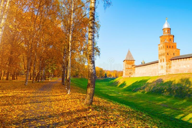 Veliky Novgorod, R?ssia Torres de Kokui e de pr?ncipe da fortaleza do Kremlin de Veliky Novgorod no dia ensolarado do outono foto de stock royalty free