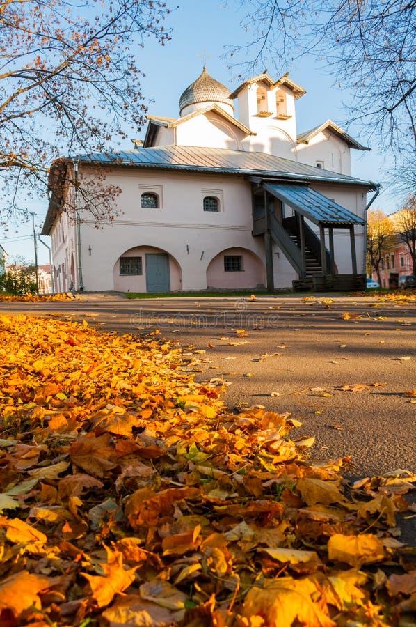 Veliky Novgorod, Rusia Iglesia de esposas los Mirra-portadores en el patio de Yaroslav, Veliky Novgorod, Rusia Opinión del otoño fotografía de archivo