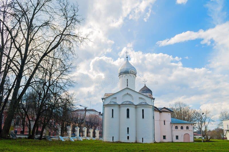 Veliky Novgorod, Rusia Iglesias de St Procopius y esposas los portadores de la mirra en el patio del ` s de Yaroslav imagenes de archivo