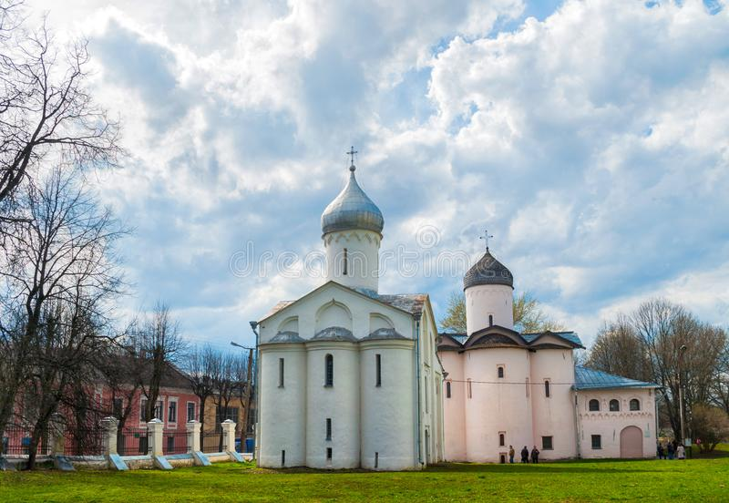 Veliky Novgorod, Rusia Iglesias de St Procopius y esposas los portadores de la mirra en el patio del Yaroslav, opinión de la prim fotos de archivo libres de regalías