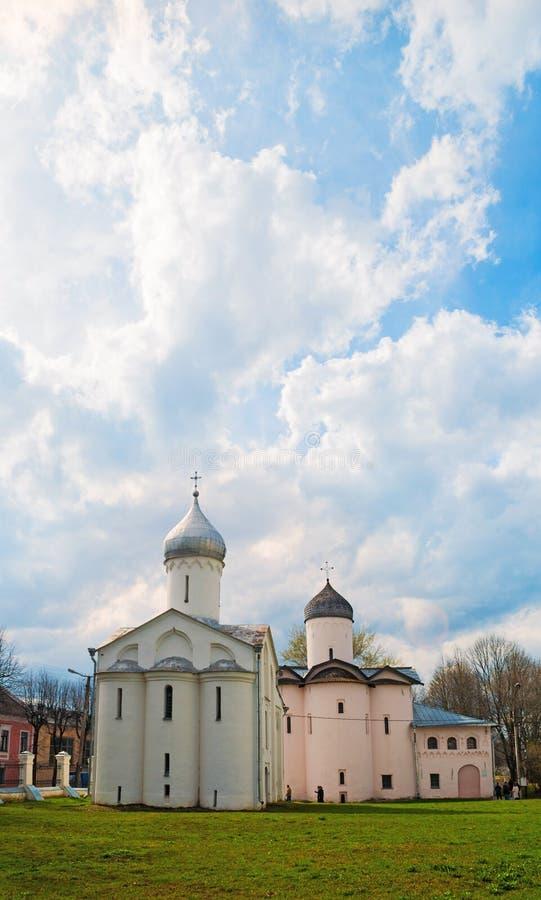 Veliky Novgorod, Rusia Iglesias de St Procopius y esposas los portadores de la mirra en el patio del Yaroslav, visión soleada foto de archivo libre de regalías