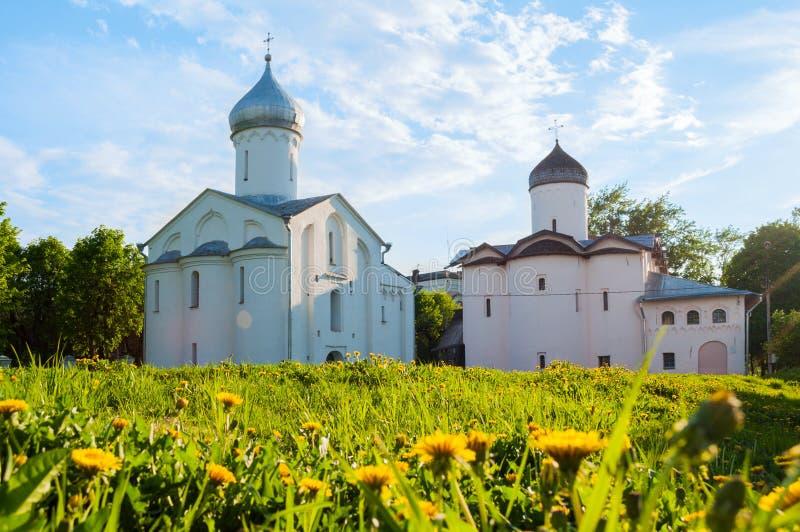 Veliky Novgorod, Rusia - opinión de la primavera de St Procopius y las iglesias de los portadores de la mirra de las esposas imagen de archivo libre de regalías