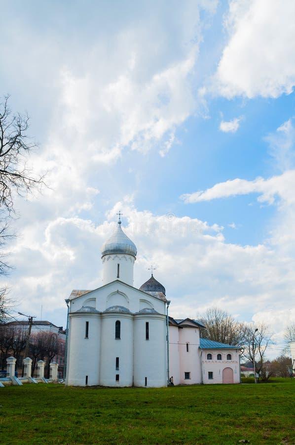 Veliky Novgorod, Rusia St Procopius y esposas las iglesias de los portadores de la mirra en el patio del ` s de Yaroslav imagen de archivo libre de regalías