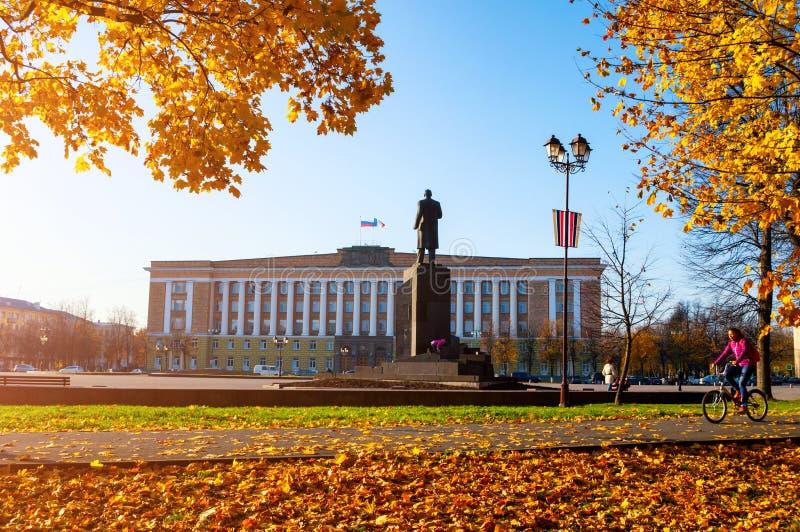 Veliky Novgorod, Rusland Beleid de Bouw van het gebied en het monument van Veliky Novgorod aan Lenin, Rusland De stadsherfst stock afbeelding