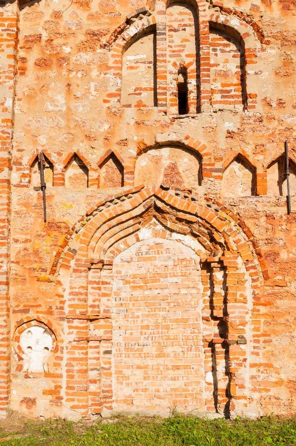 Veliky Novgorod, Rusland Close-up van rood bakstenen muur en venster met boog van St John de Milde Kerk in Myachino royalty-vrije stock fotografie