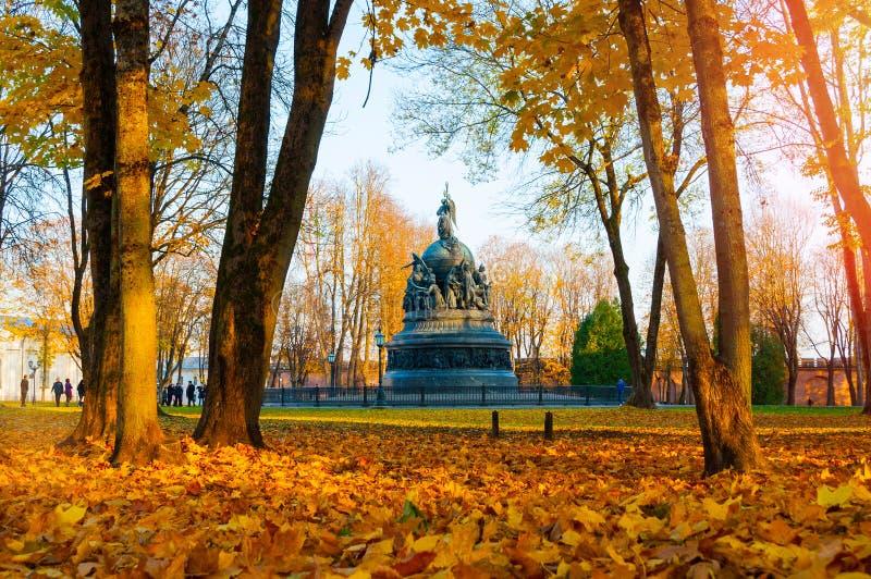 Veliky Novgorod, Rusland Het Millennium van het bronsmonument van Rusland in de herfstdag in het park in Veliky Novgorod, Rusland royalty-vrije stock afbeeldingen