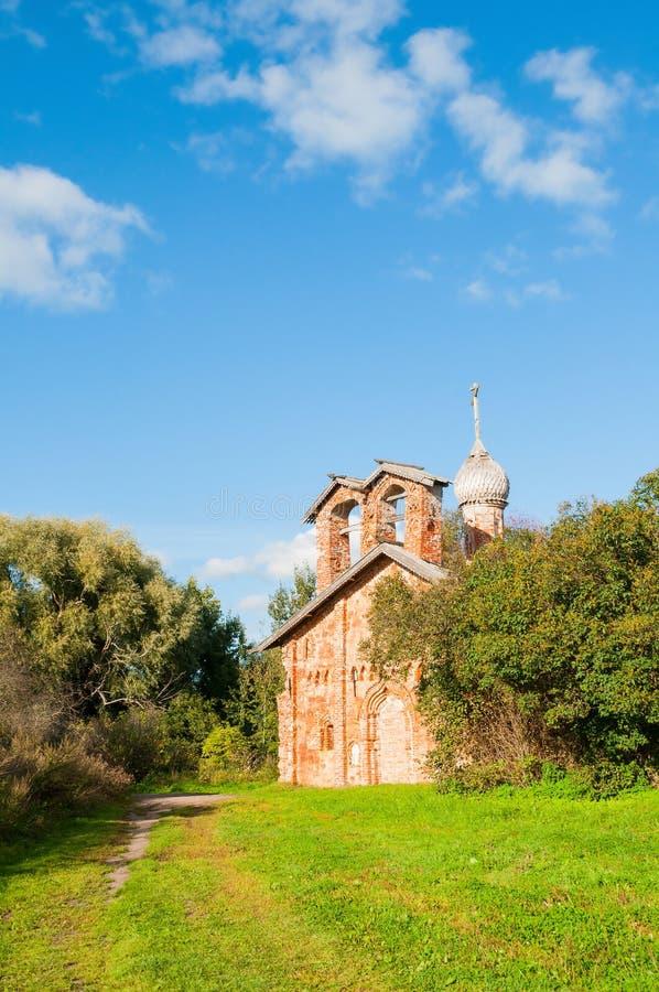 Veliky Novgorod, Rusland Kerk van St John Mild in Myachino in Veliky Novgorod, Rusland - de herfstmening royalty-vrije stock foto