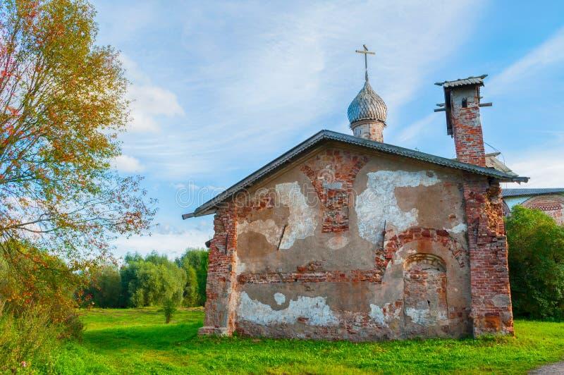 Veliky Novgorod, Rusland Kerk van St John Mild in Myachino in Veliky Novgorod, Rusland - de herfstmening stock foto's