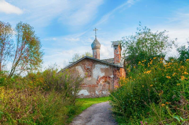 Veliky Novgorod, Rusland Kerk van St John Mild in Myachino in Veliky Novgorod, Rusland - de mening van de de herfstavond royalty-vrije stock foto's