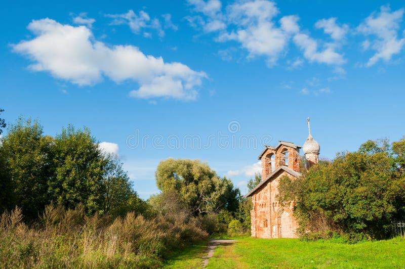 Veliky Novgorod, Rusland Kerk van St John Mild in Myachino - landelijk landschap stock fotografie