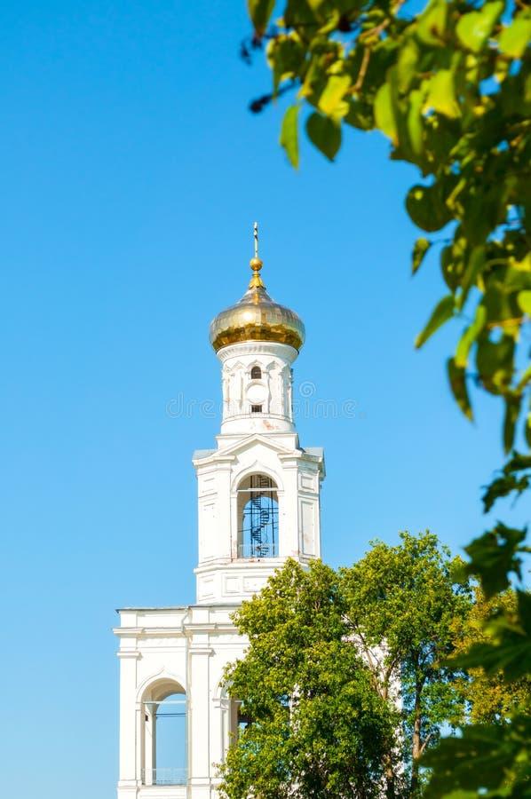 Veliky Novgorod, Rusland Klokketoren op het grondgebied van Russisch orthodox Yuriev-Klooster in de lente zonnige dag stock fotografie