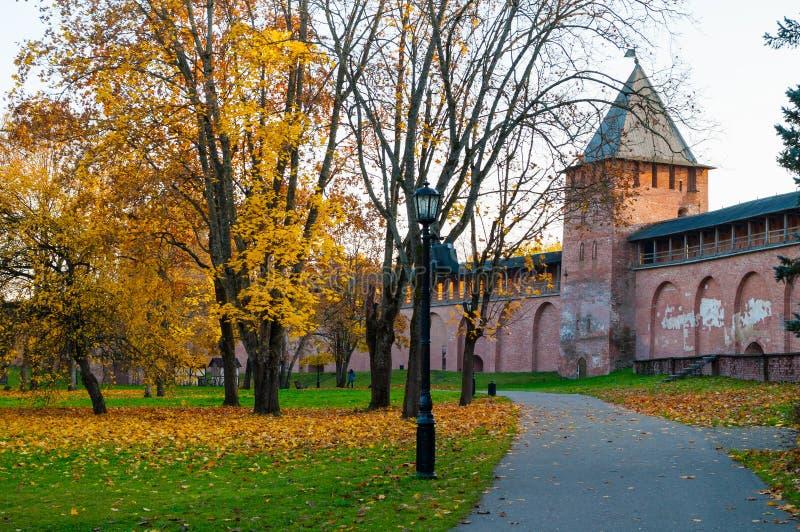 Veliky Novgorod, Rusland Prinstoren van Veliky Novgorod het Kremlin bij de zonsondergang van de herfstoktober royalty-vrije stock afbeeldingen