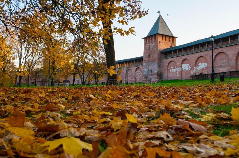 Veliky Novgorod, Rusland Prinstoren van Veliky Novgorod het Kremlin in de tijd van de de herfstzonsondergang royalty-vrije stock afbeeldingen