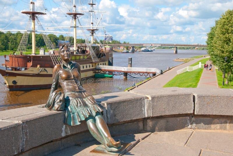Veliky Novgorod Rusland Vermoeid Meisjesbeeldhouwwerk stock foto