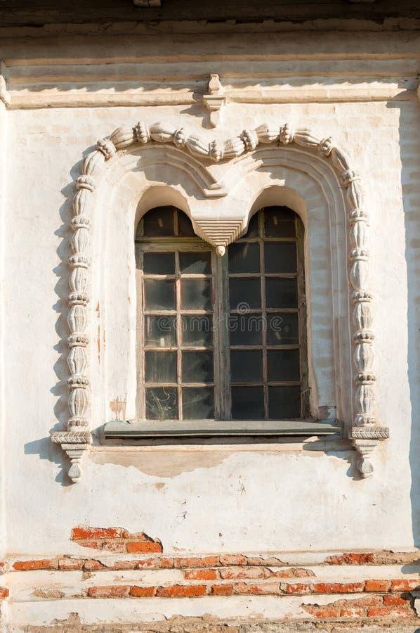 Veliky Novgorod, Russia Finestra decorata con gli arch? e lo stucco Cattedrale di resurrezione del monastero di Derevyanitsky fotografie stock libere da diritti
